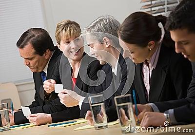 Colleghe che scambiano i biglietti da visita