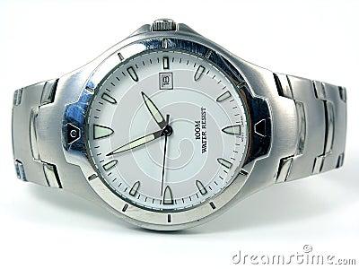 Colocando o relógio de prata do negócio