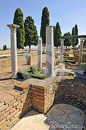 colonnes romaines de la maison des oiseaux site arch ologique de la ville romaine d 39 italica. Black Bedroom Furniture Sets. Home Design Ideas