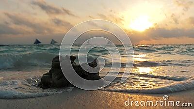 Colori straordinari del tramonto tropicale Barche a vela silhouette che galleggiano all'orizzonte oceanico Isola di Boracay, esta stock footage