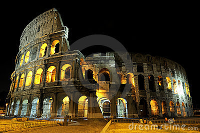 Colosseum em Roma em a noite.