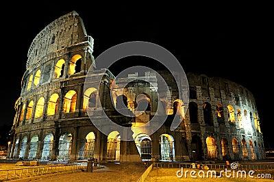 Colosseum en Roma por noche.