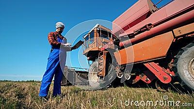 Coltivatore, agricoltore professionista, agricoltore con un portatile sta guardando la combinazione stock footage