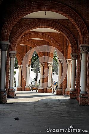 Columnas y basílica de los arcos de Aparecida