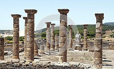 Columns an statue