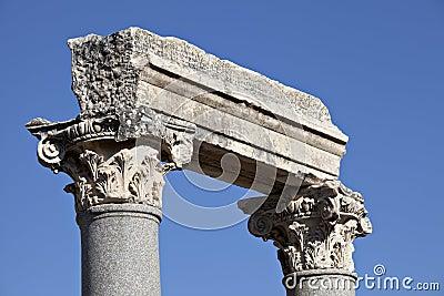 Colums dans la porte occidentale de l agora
