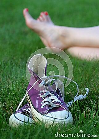 Com os pés descalços na grama