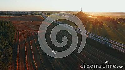 Combineer het rode Gebied van het Oogst in Sunset Landbouw, voedselproductie, oogstconcept stock footage