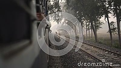 Comboio de classe inferior da cidade com passageiros Índia video estoque