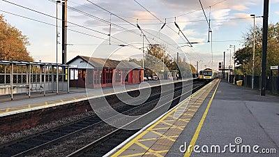 Comboios na estação de Northallerton, linha principal da costa leste, Reino Unido filme