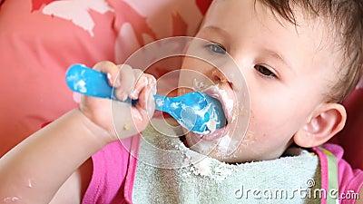Comer desarrumado com bebê pequeno filme