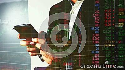 Comercio del hombre de negocios en divisas o mercado de acci?n con el tel?fono m?vil almacen de video