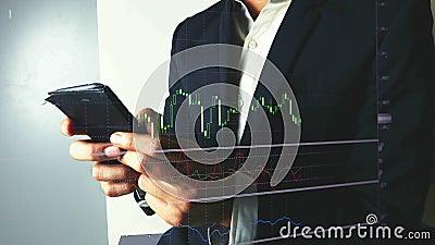 Comercio del hombre de negocios en divisas o mercado de acci?n con el tel?fono m?vil metrajes
