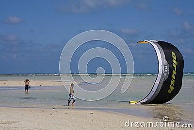 Cometa-personas que practica surf en Tailandia Imagen editorial
