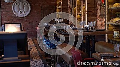 Comfort restartante met barsteller, stoelen en elfjes van 4.000 stock footage
