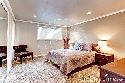 Comfortabele bruine tonenslaapkamer met houten meubilair en zacht tapijt stock foto 39 s - Tapijt badkamer hout ...