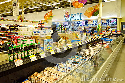 Comida congelada en el supermercado Fotografía editorial