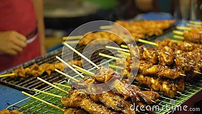 Comida de la calle en Asia platos tradicionales de la cocina de la calle mercados de la comida de la noche metrajes