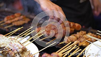 Comida de la calle en Asia platos tradicionales de la cocina de la calle mercados de la comida de la noche almacen de metraje de vídeo