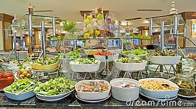 Comida fría de la ensalada en un restaurante del hotel de lujo