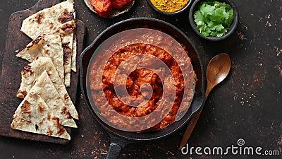 Comida picante de la carne del curry del pollo del masala indio tradicional del tikka en cacerola del arrabio  almacen de metraje de vídeo