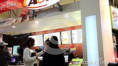 Comidas que ordenan de la gente dentro del restaurante de A&W dentro de la alameda de compras de Coquiltam almacen de video
