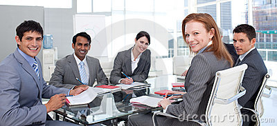 Commerciële groep die het etnische diversiteit glimlachen toont