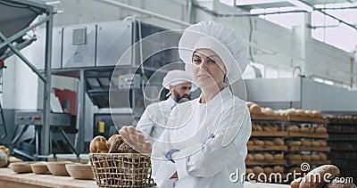 Commercieel gezicht van een geweldige vrouwelijke bakker die recht naar de camera kijkt en een leuke achtergrond glimlach op zijn stock footage