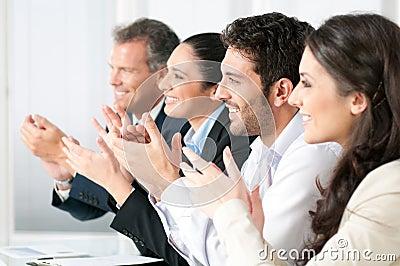 Commercieel team dat handen slaat