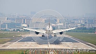 Commercieel vliegtuig landend op luchthaven Chengdu International stock footage