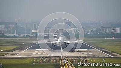 Commercieel vliegtuig landend op luchthaven Chengdu International stock video