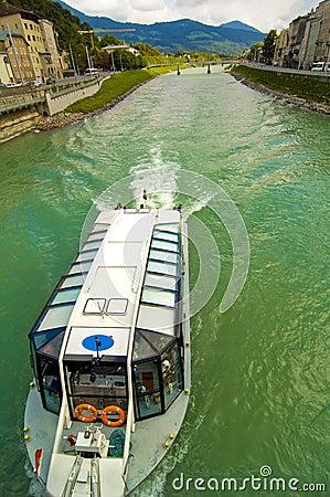 Commerciële Boot op Rivier Salzach