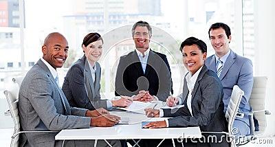 Commerciële groep die etnische diversiteit toont