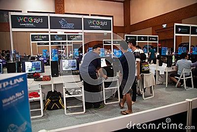 Competencia del videojuego en la demostración de juego de Indo 2013 Imagen de archivo editorial