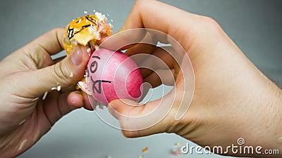 Competição de despejo ou jarping do ovo tradicional do jogo da Páscoa com os ovos decorados durante o festival cristão Pascha ou filme