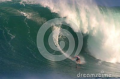 Competição surfando da onda grande de Eddie Aikau Fotografia Editorial