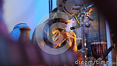 Compositor retrato tocando un instrumento de viento metrajes