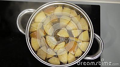 A compota de Apple é cozinhada em uma caçarola