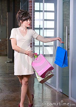 Compras atractivas de la mujer joven