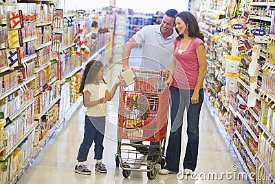 Compras de la familia en supermercado