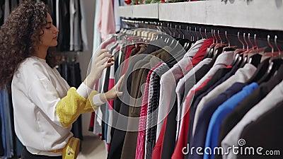 Compras de moda de la muchacha en alameda solamente almacen de video