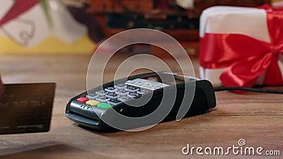 Compras del regalo de vacaciones El embalar de compra del hombre presente con la cinta roja metrajes