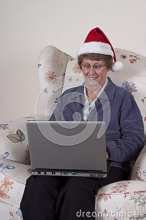 Compras en línea de la Navidad de la mujer mayor madura