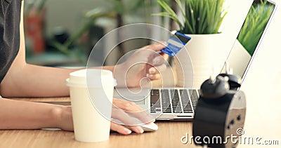 Compras en línea Manos caucásicas jovenes que compran mercancías de Internet en su smartphone con su tarjeta de crédito almacen de metraje de vídeo