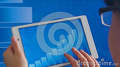 Comprimido con una imagen de un histograma a frente a la pantalla grande de una línea en ejecución con un gráfico Especialista fi metrajes