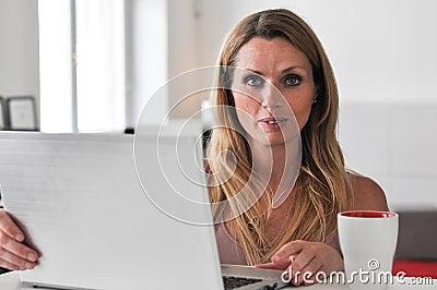 Computador da jovem mulher