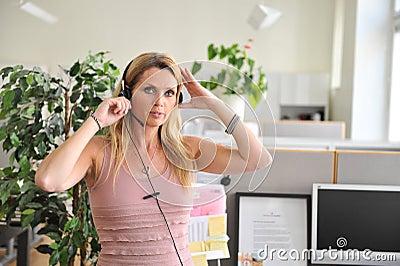 Computador dos auriculares da jovem mulher