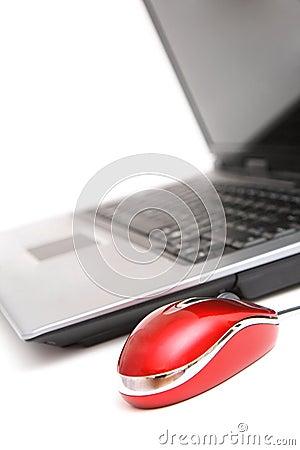 Computador e rato vermelho