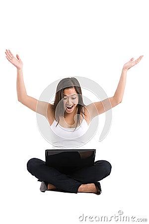 Computadora portátil asiática de la mujer