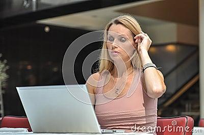 Computer della giovane donna